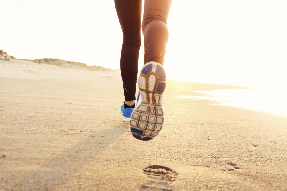 dame løper på stranden