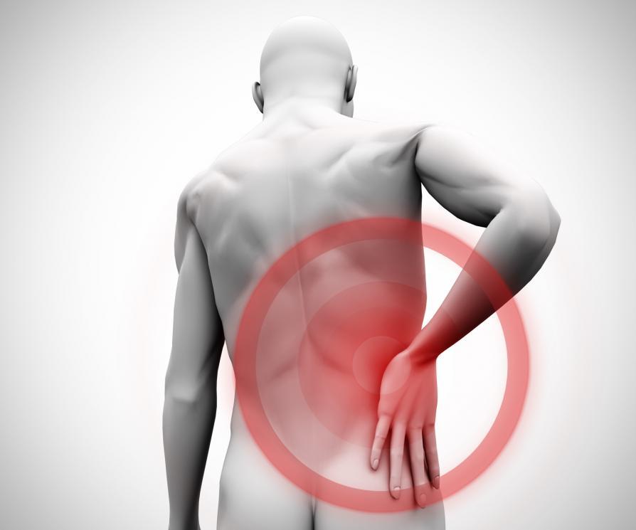 Mann med smerter i ryggen